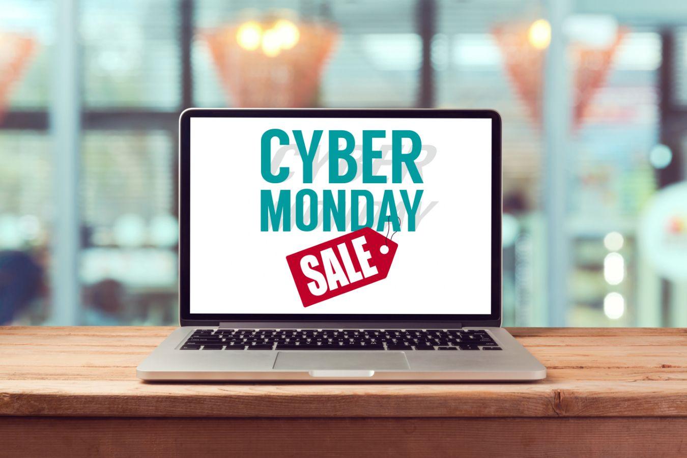 """Notebook com uma imagem na tela na qual está escrito """"Cyber Monday Sale"""""""