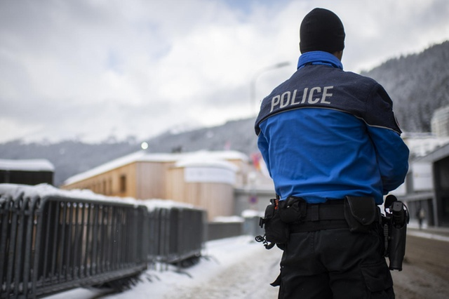 Полиция проверила двоих подозрительных россиян в Давосе