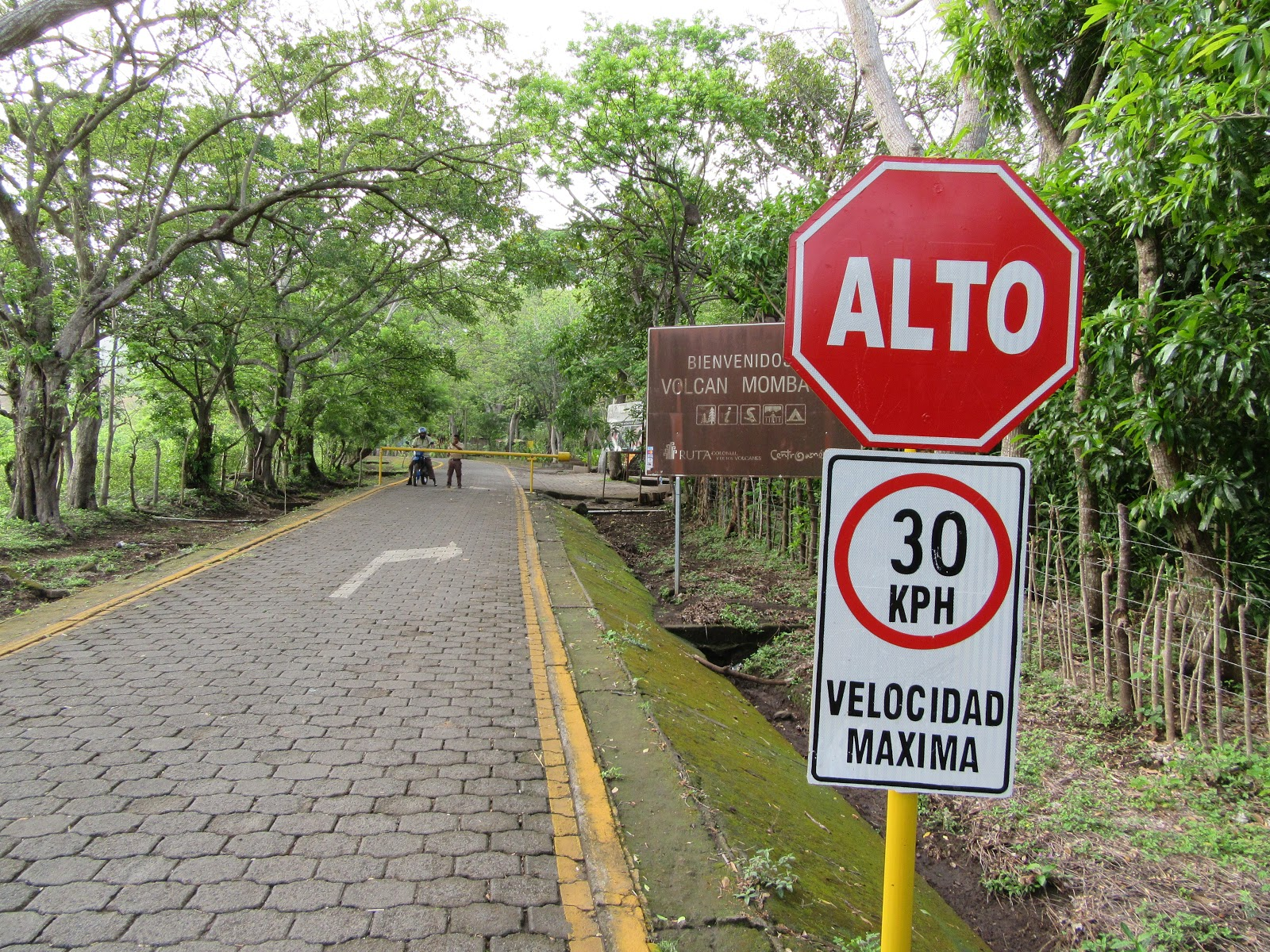Bike climb Mombacho Volcano - gate and stop sign