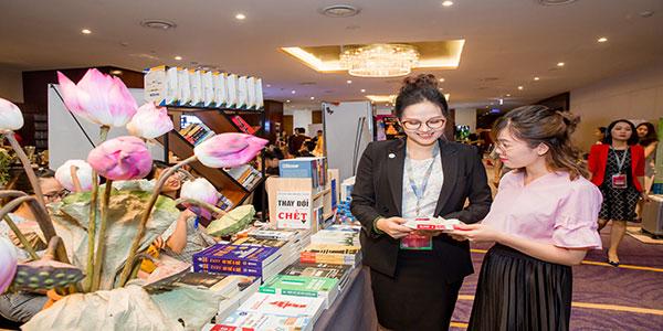 Đặng Vân tham gia gian hàng bán sách