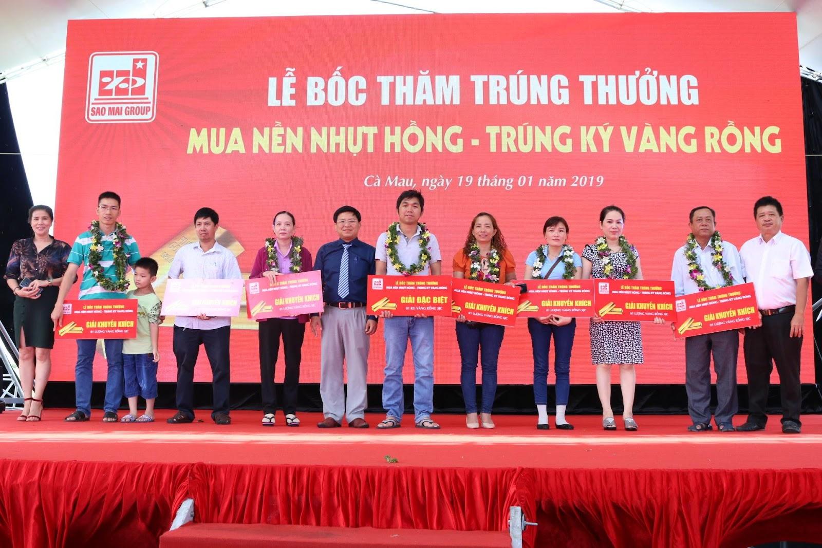 2. Những Khách hàng mai mắn trúng giải chụp ảnh lưu niệm cùng lãnh đạo Sao Mai Group