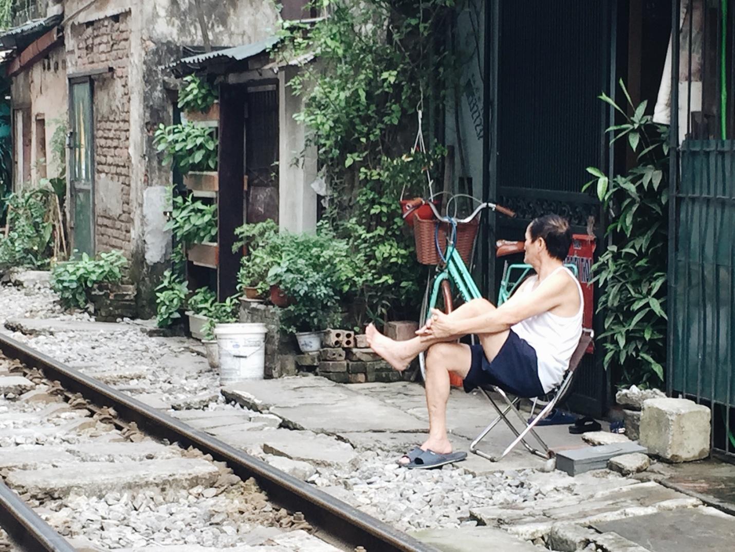 Người dân ngồi hóng gió cạnh đường ray (Ảnh: Minh Huyền)