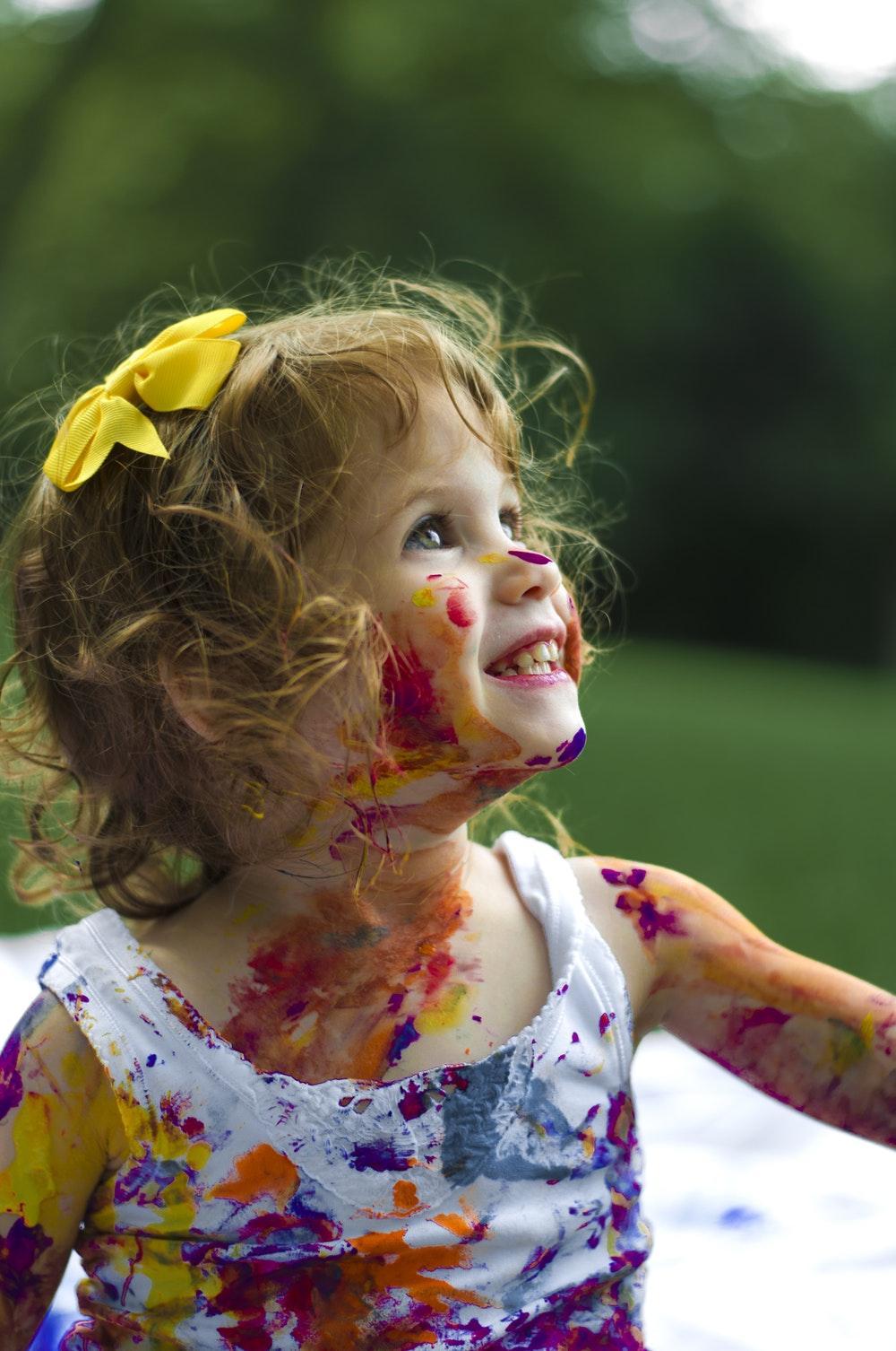 Criança pintada