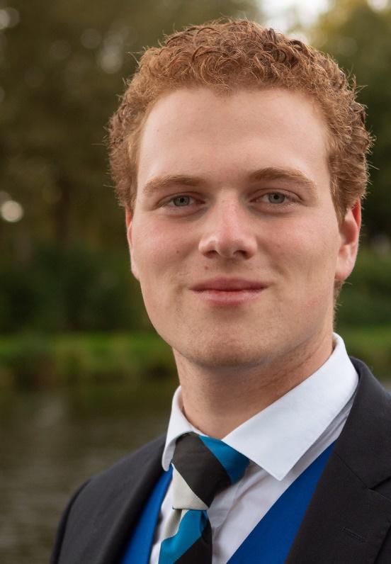 Afbeelding met persoon, stropdas, man, buiten  Automatisch gegenereerde beschrijving