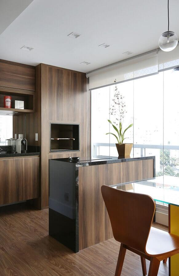 Cozinha com mesa e cadeiras  Descrição gerada automaticamente