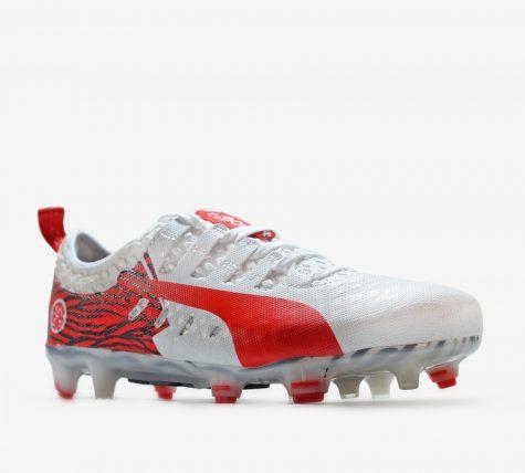 Sơ lượt về giày bóng đá trên sân cỏ nhân tạo.