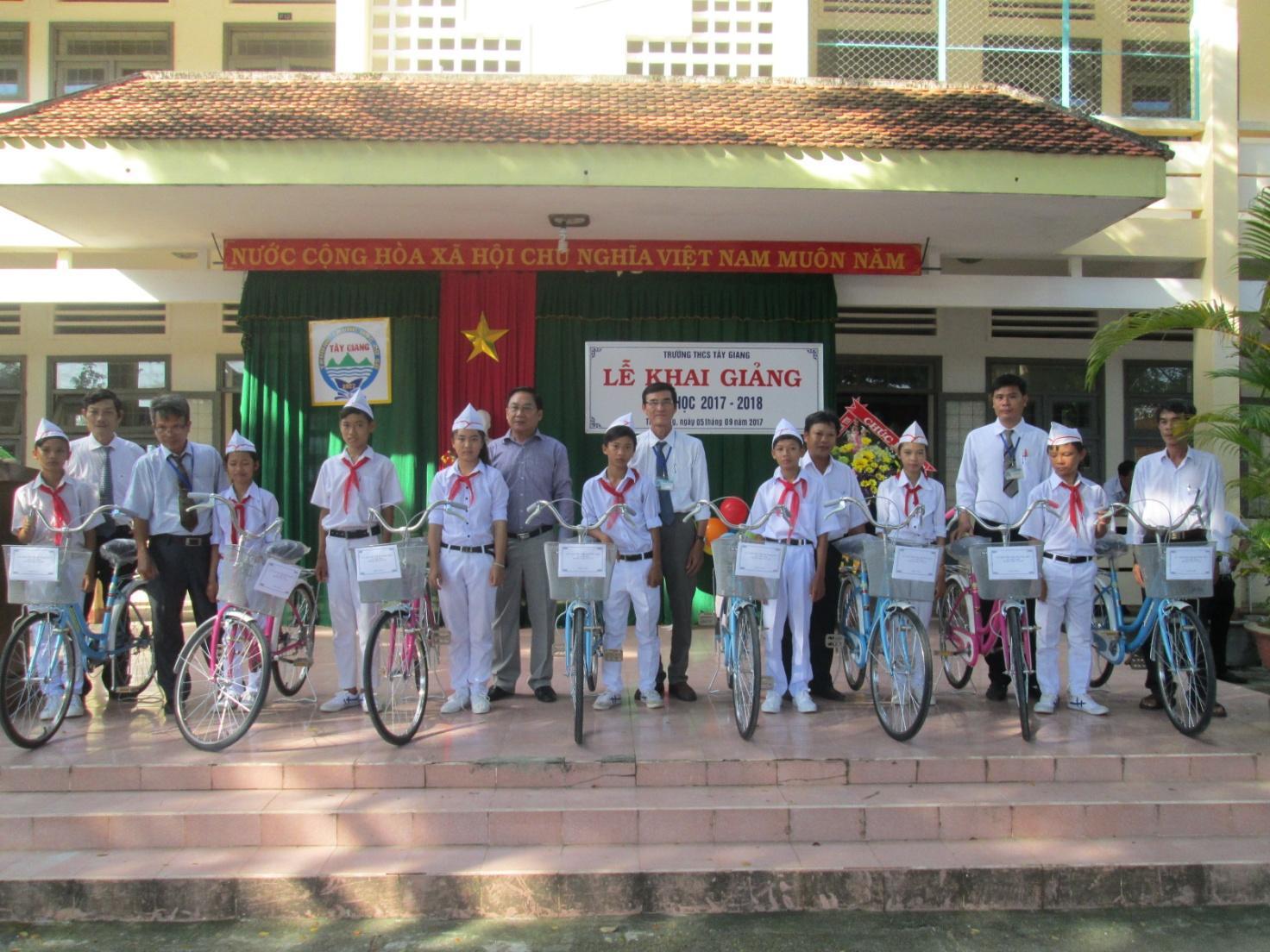 Hội khuyến học phối hợp với đại diện công ty Bình Minh tải trao tặng xe đạp cho học sinh khó khăn.