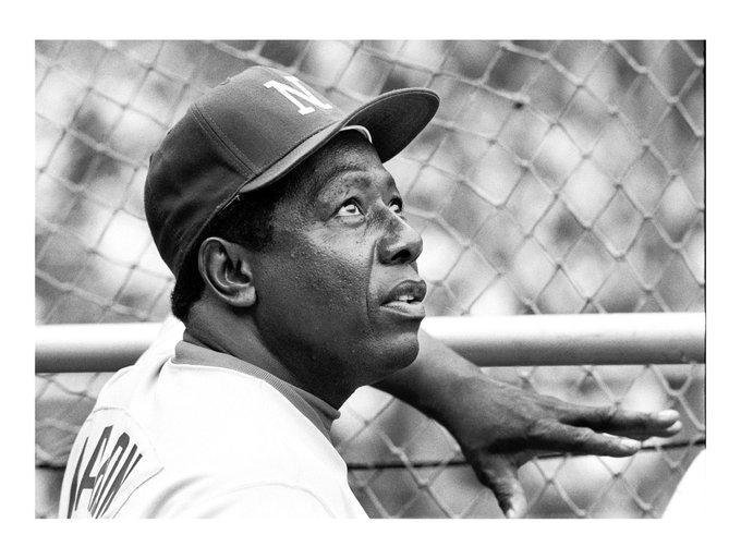 Foto en blanco y negro de un jugador de béisbol  Descripción generada automáticamente con confianza media