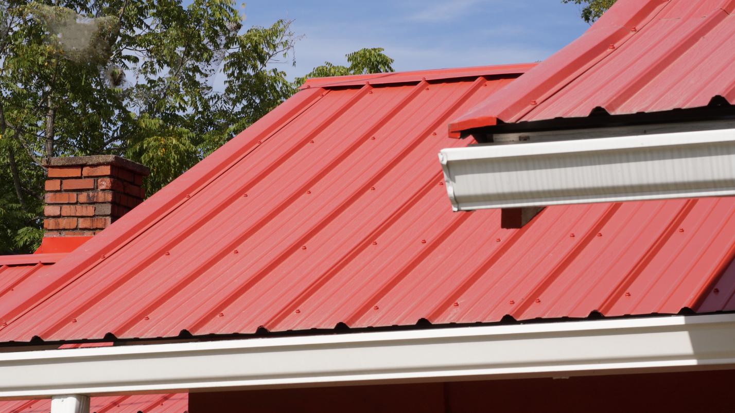 Diềm mái tôn hạn chế nước tạt vào công trình trong những ngày mưa bão