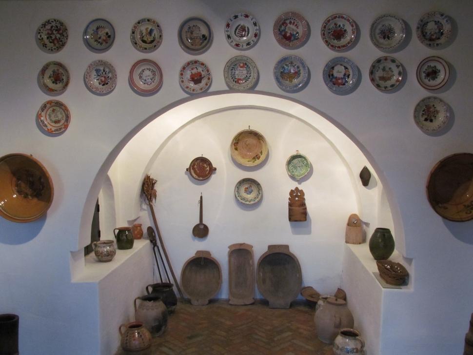 Hollóházi és bélapátfalvi cseréptányérok a falon (Fotó: Mentusz Károly)