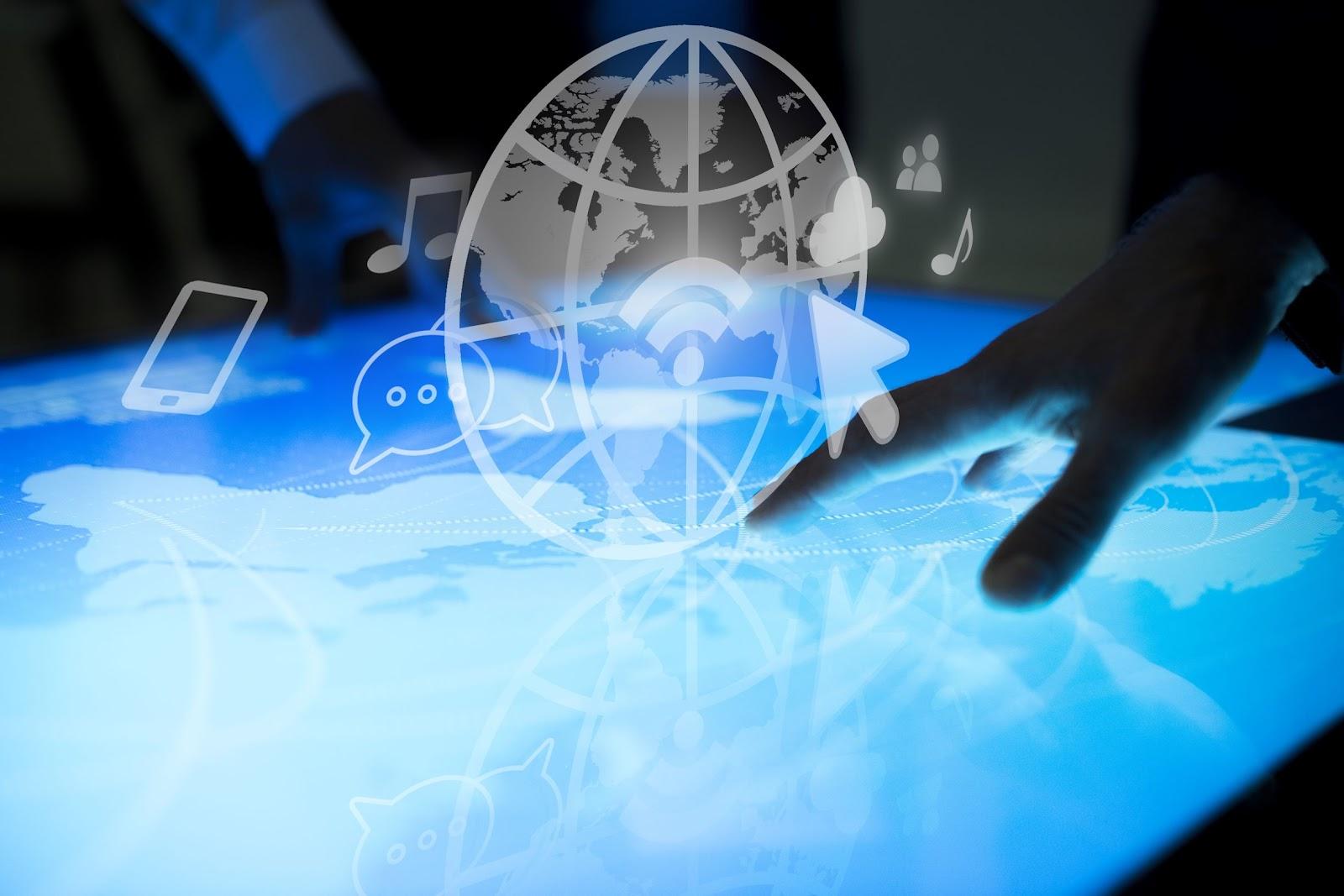 Imagem criada digitalmente de uma mão sobre uma tela e um vetor do mapa mundi ilustrando a rede SDN.