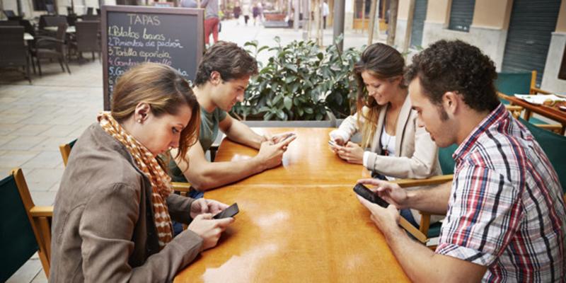 Cúi nhiều khi sử dụng điện thoại sẽ tự mọc xương thừa ở đáy hộp sọ. (Ảnh qua medium.com)