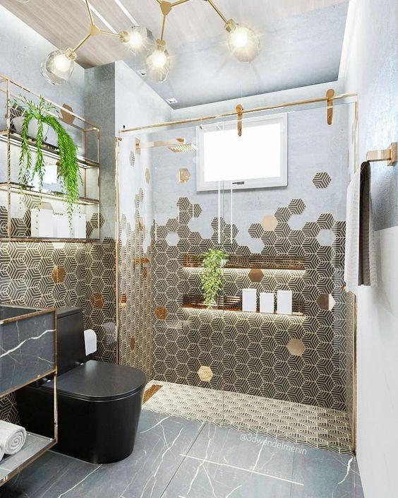 Banheiro com revestimento hexagonal em meia parede em degrade com pintura e no piso do box. Piso de porcelanato reproduzindo pedras e revestindo pia.
