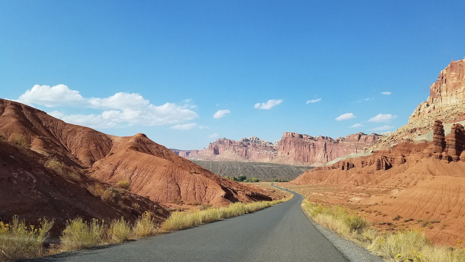 capitol-reef-empty-road-canyons-red-rocks-utah