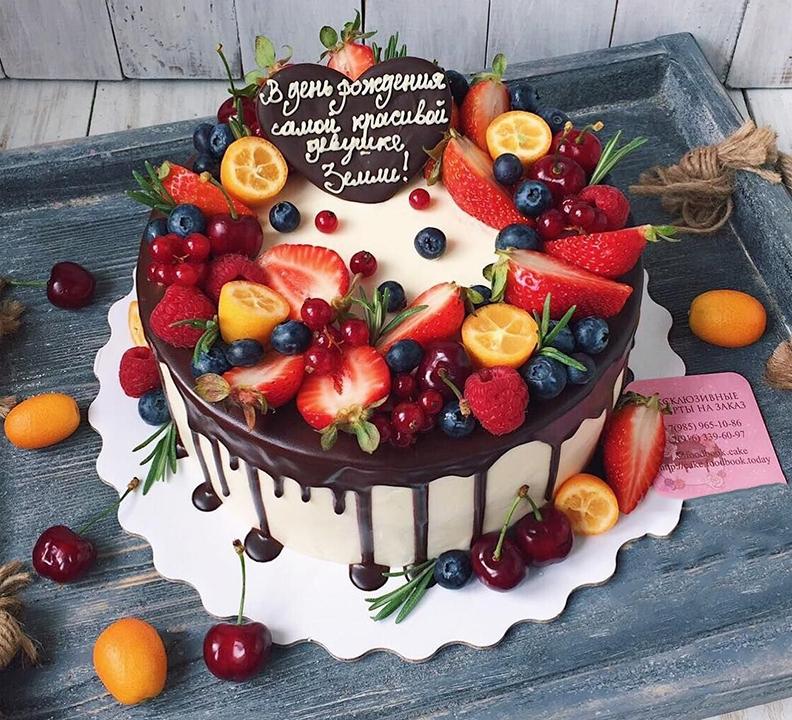 Bạn có thể sử dụng hoa quả tươi để trang trí bánh kem sinh nhật tặng người yêu