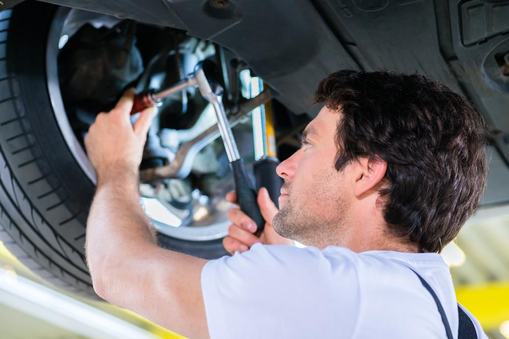 Um mecânico consertando um carro.