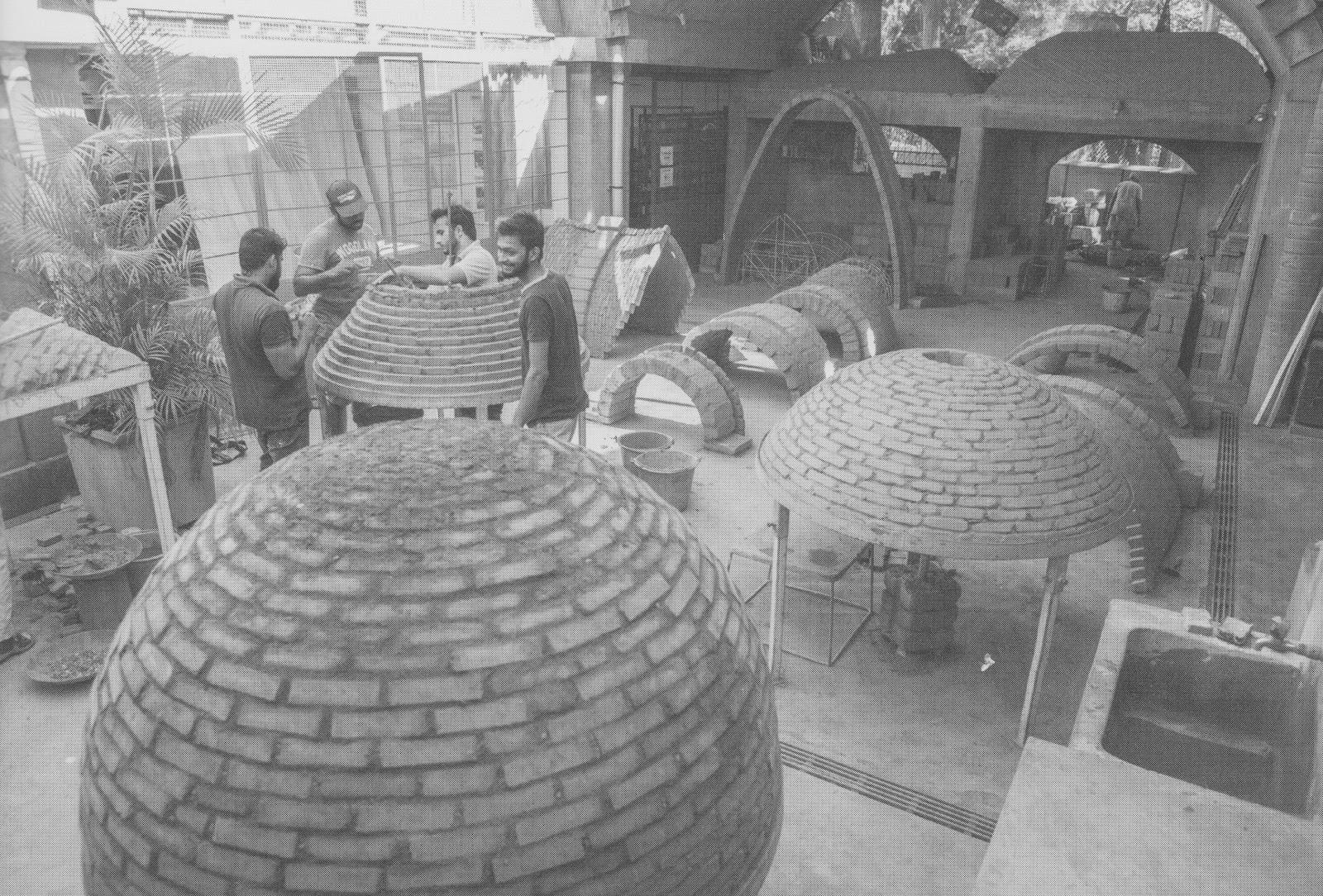 Workshop di Auroville Earth Institute mengajarkan berbagai teknik membangun dengan batu bata, yakni berbagai tipe arch seperti pointed arch dan semi-circular arch dan berbagai tipe dome seperti corbelled dome dan cloister dome