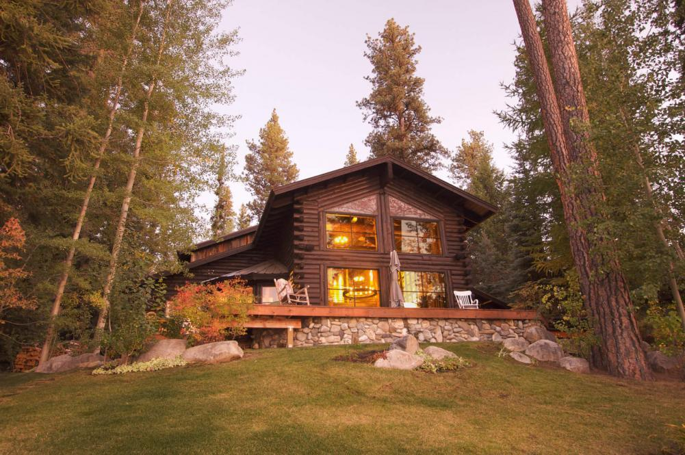 http://streaming.yayimages.com/images/photographer/feverpitched/2af6499b053269176ff6bfc08239835a/beautiful-log-cabin-exterior.jpg