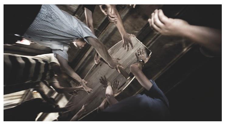 La actualidad de Goya es indiscutible. No en vano es considerado el primer cronista de todas las guerras. En la exposición, ocho grabados originales de Los desastres de la guerra de Goya dialogan con ocho fotografías de los fondos del Premio. Una de ellas es esta de Alfons Rodríguez sobre el genocidio en Srebrenica.