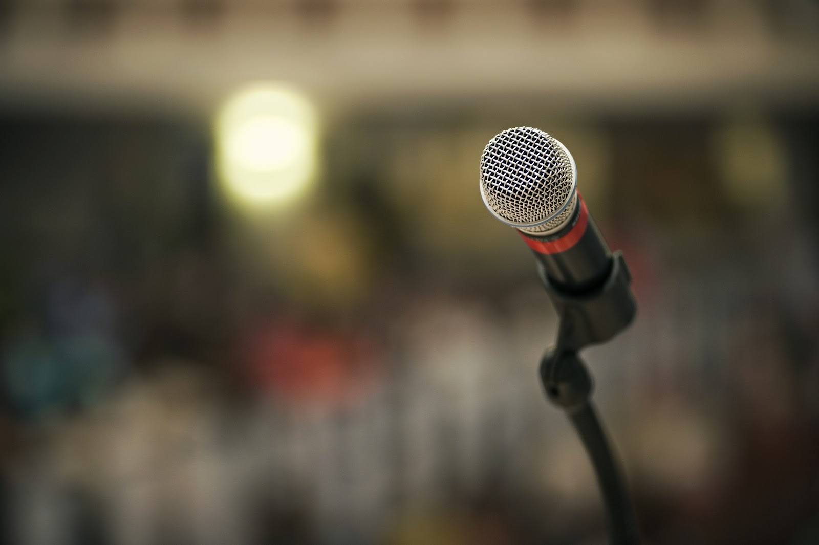 Microphone_on_stand_in_front_of_blurry_background.jpg