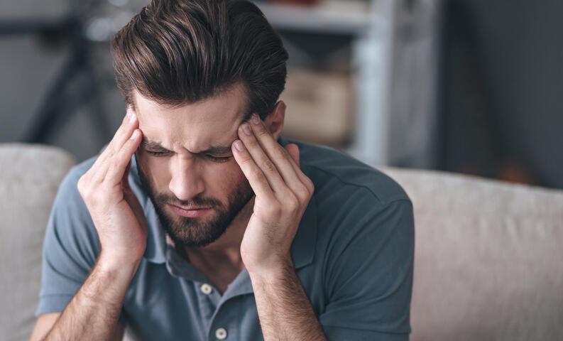 hombre dolor cabeza jaqueca 1