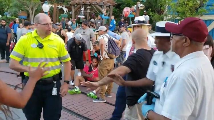 Testigos detuvieron al sujeto que golpeó a las mujeres (Foto: screenshot video)