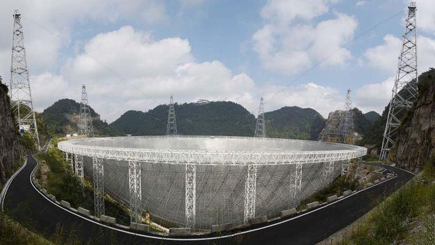 Teleskop FAST tampak samping