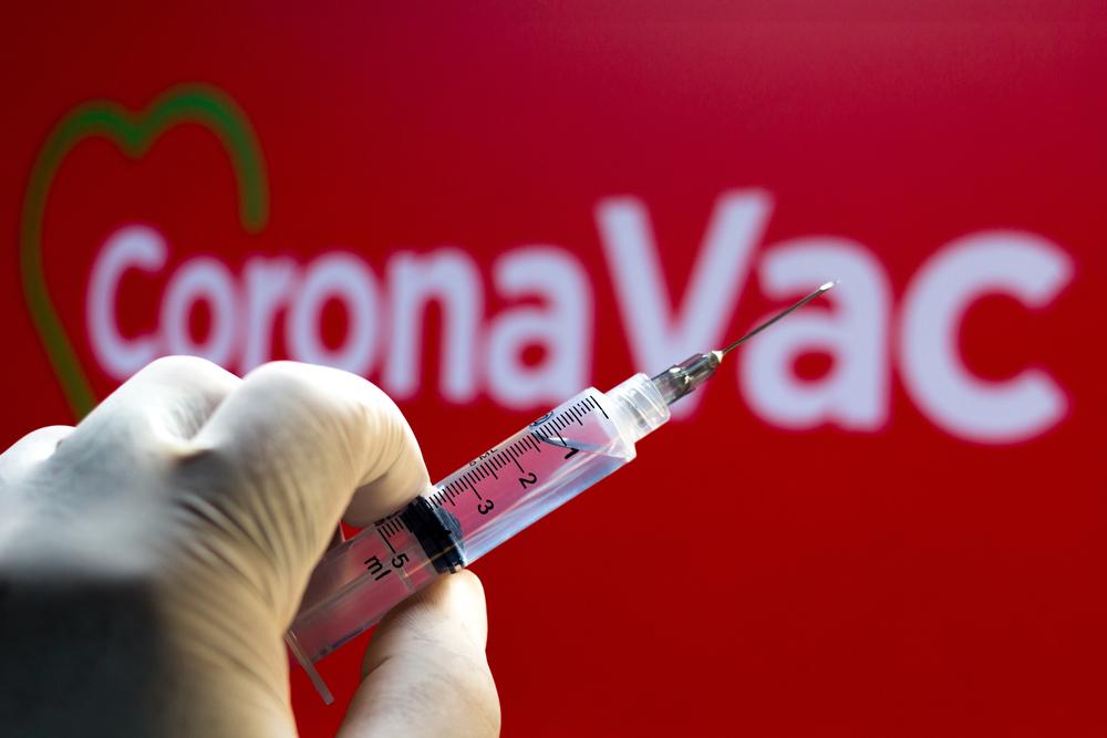 CoronaVac atinge eficácia global de 50,38%. (Fonte: Shutterstock)
