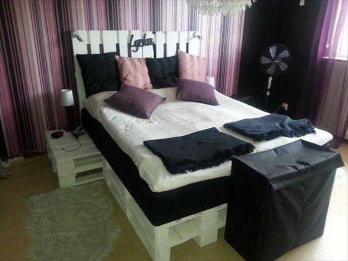 Высокая белая кровать из поддонов