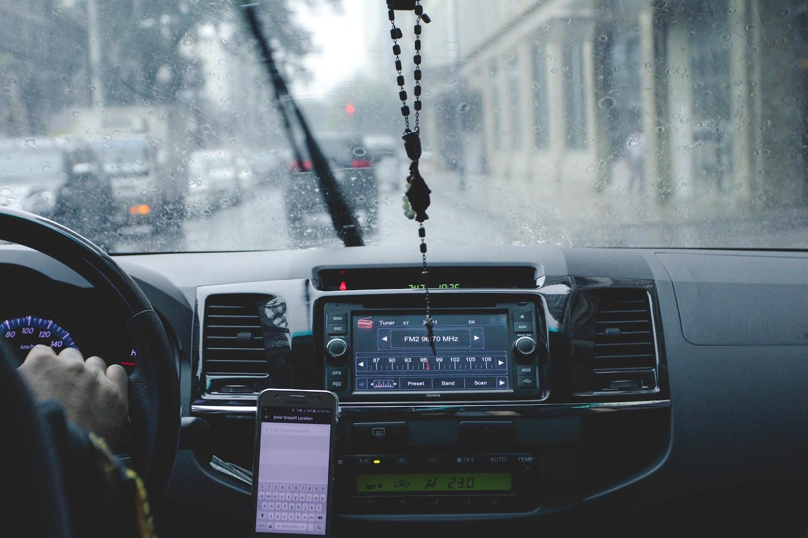 Painel de carro com motorista dirigindo
