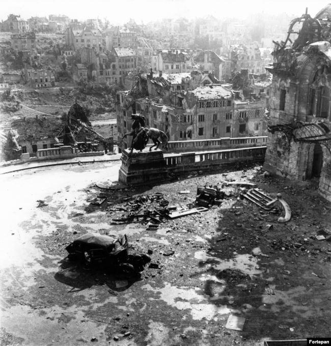 Угол Будайской крепости после Второй мировой войны. Фотографии архива Фортепан показывают, как медленно восстанавливался послевоенный Будапешт и что происходило в Венгрии в коммунистические времена, которые начались после войны и продолжались до 1989 года