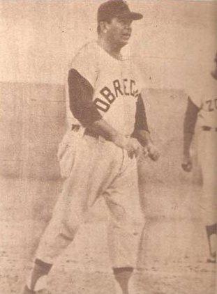 Imagen que contiene foto, edificio, béisbol, viejo  Descripción generada automáticamente