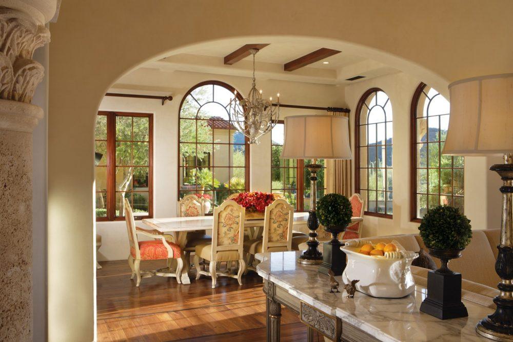 Desain mediteranian dengan jendela besar dapat menekan penggunaan lampu - source: janetbrooksdesign.com