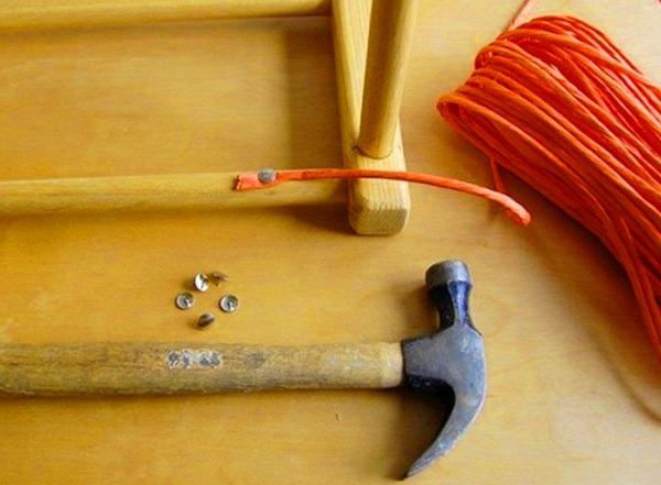 Мягкая обивка на табурете с помощью каркасных лент
