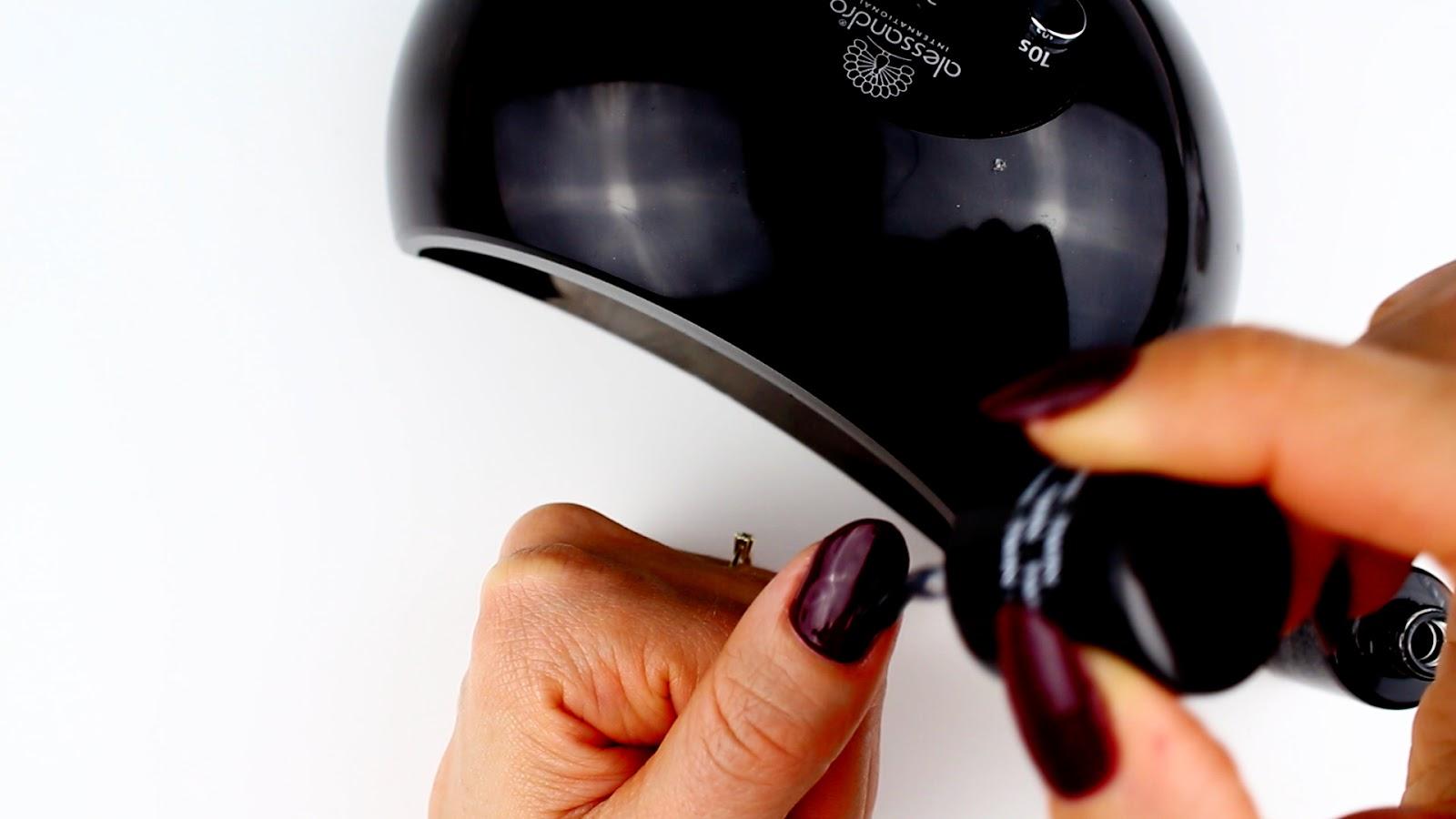 Eingerissenen Fingernagel zweite Schicht Nagellack