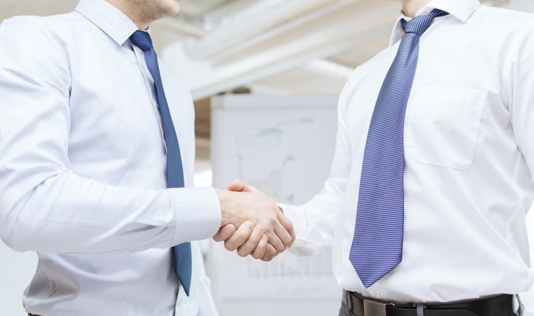 C:\Users\SADZH\Desktop\two-businessmen-shaking-hands-in-office.jpg
