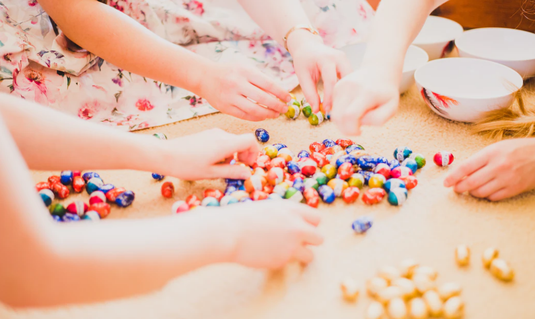 children segmenting candy by color.