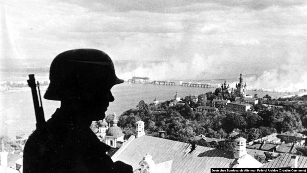 Нацистский караул в Киеве 19 сентября 1941 года. На заднем плане – один из взорванных мостов через Днепр