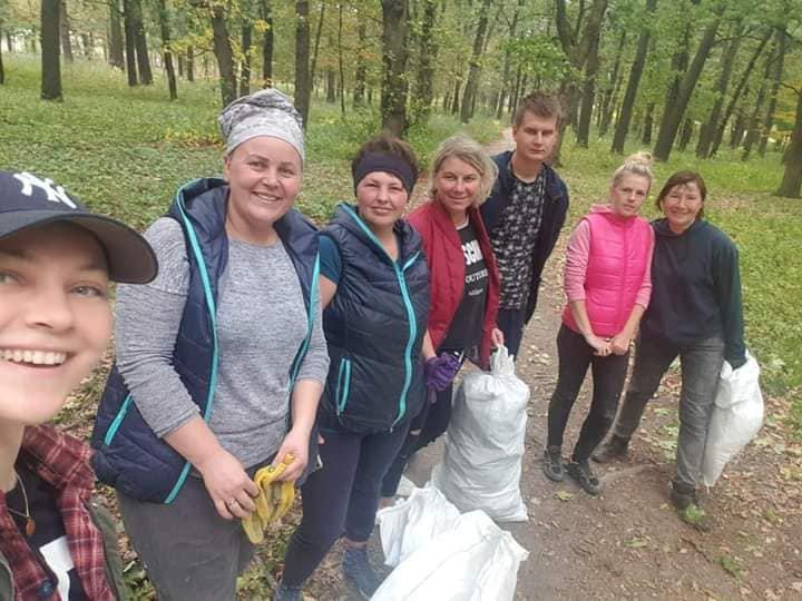 У фейсбук-групі «Голосків Times» зареєстровано приблизно пів села Голосків. Тут регулярно викладають фото з суботників. Така традиція з'явилася у 2016 році, до того прибирати виходили тільки учні
