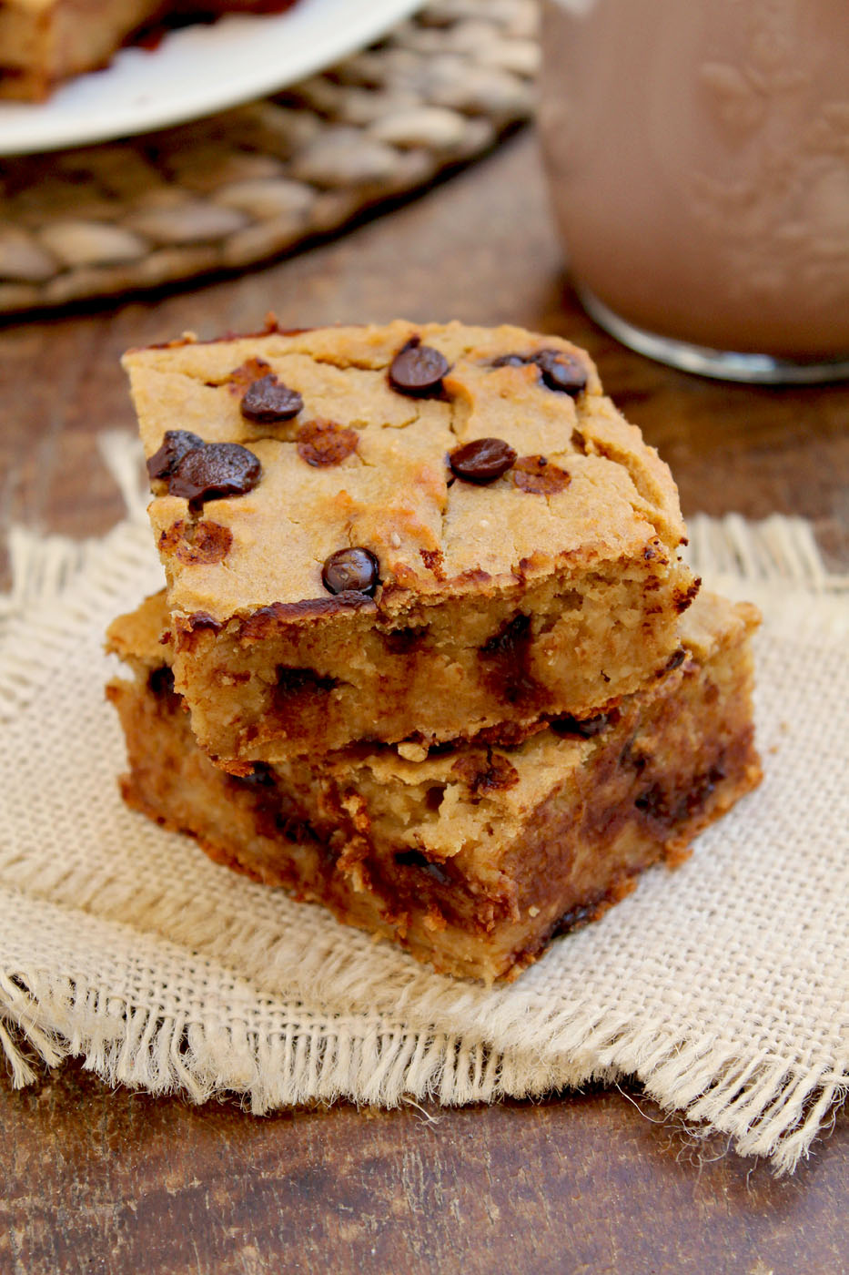 Chocolate Chip Cookie Dough Protein Bars: naturally high in protein, low in sugar and high in fiber!