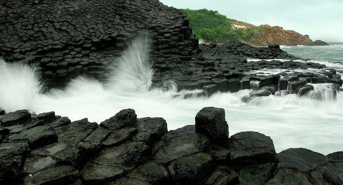 Gành đá dĩa là một bãi đá đen có hơn 30.000 cột đá