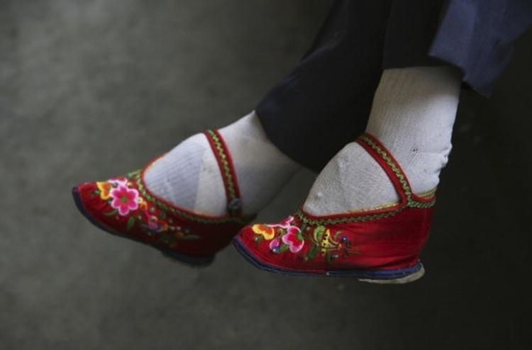 weirdest-fashion-foot-binding.jpg
