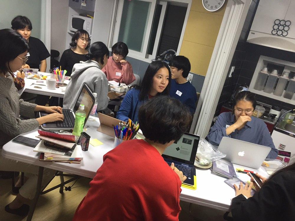 그림4: 자원활동가들이 인권세미나 참여 전 미리 보고 온 영화 <예외상태> <섹스, 설교 그리고 정치>를 바탕으로, 다희님이 주신 질문에 대해 서로 의견을 나누며 토론하고 있다.
