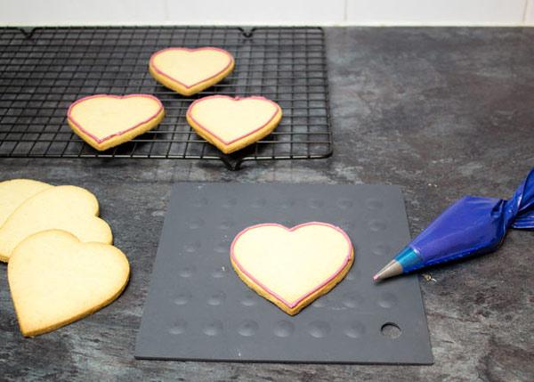 cookies 11 طرز تهیه شیرینی قلبی روز ولنتاین + آموزش تهیه کوکی قبلی و عاشقانه