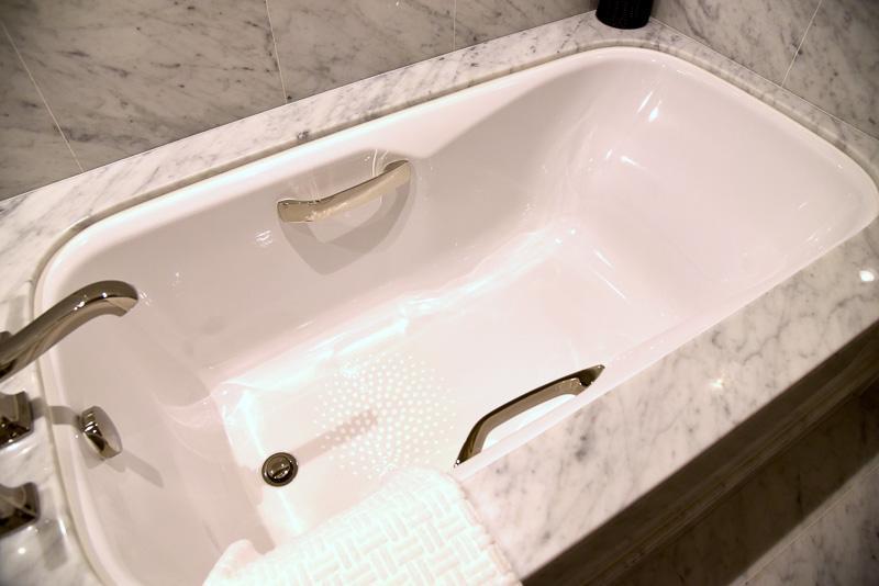 湯船とシャワールームが別になっていて明るく使い勝手のよいバスルーム。湯船は足も伸ばせる大きめサイズ