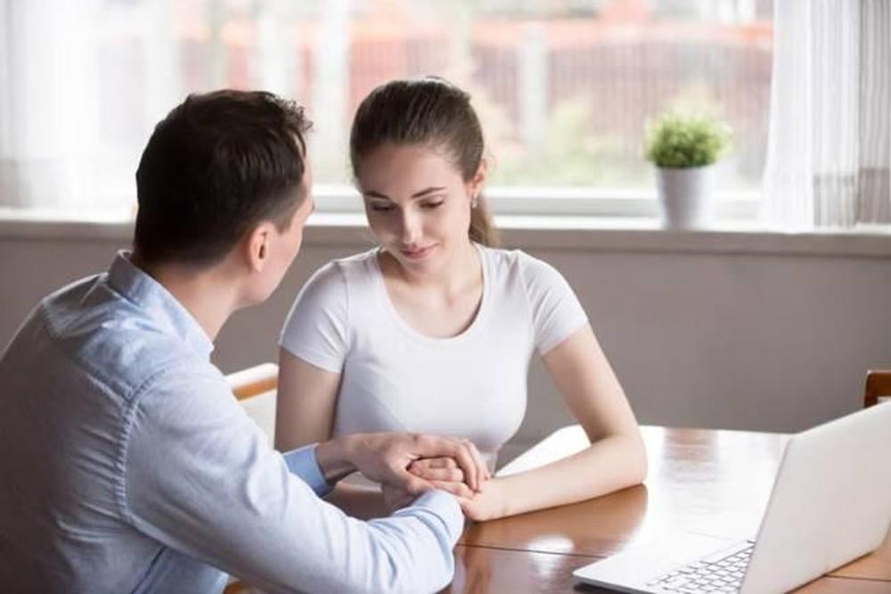 Nếu một người phụ nữ biết giữ thể diện cho chồng trước mặt người khác thì sẽ khiến chồng nghe lời.