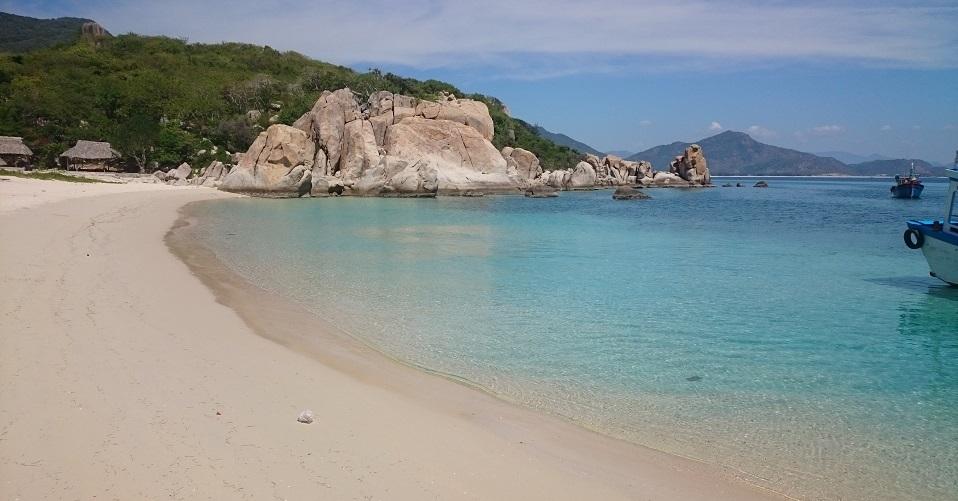 Bãi Kinh có nước biển trong nhất tại đảo Bình Hưng