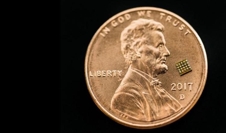 Con chip siêu nhỏ đặt trên đồng xu.