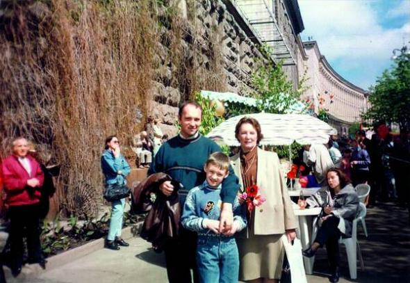 Георгій Тука з матір'ю Елеонорою Павлівною та сином від першого шлюбу Павлом на столичному Хрещатику 9 травня 1995 року