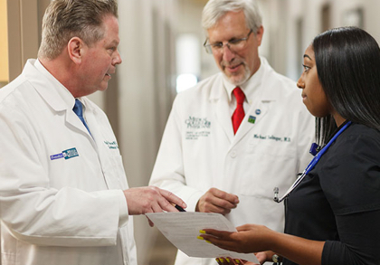 پزشکان و کارمندان با هم صحبت می کنند